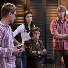 Barrett Foa, Daniela Ruah, Linda Hunt e Eric Christian Olsen nell'episodio The Job di NCIS: Los Angeles