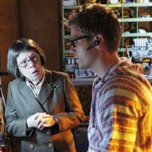 Linda Hunt parla con Barrett Foa nell'episodio The Job di NCIS: Los Angeles