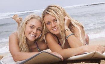 Annasophia Robb e Christie Brooke nel film Soul Surfer