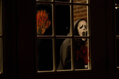 Ghostface in una scena del film Scream 4