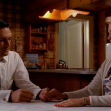 Jon Hamm e January Jones nell'episodio Rivelazioni della serie Mad Men