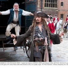 Johnny Depp e Kevin McNally in una scena di Pirati dei Caraibi 4: Oltre i confini del mare