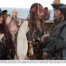 Johnny Depp e Penelope Cruz con Ian McShane in Pirati dei Caraibi 4: Oltre i confini del mare