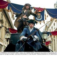 Johnny è Jack Sparrow in una scena di Pirati dei Caraibi 4: Oltre i confini del mare