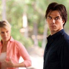 Damon (Ian Somerhalder) con alle spalle Liz (Marguerite MacIntyre) nell'episodio Kill Or Be Killed di The Vampire Diaries