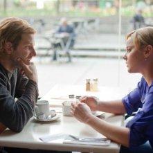 Abbie Cornish con Bradley Cooper in una scena del film Limitless