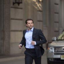 Bradley Cooper in una sequenza del thriller Limitless (2011)
