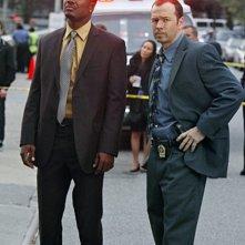 Donnie Wahlberg e Flex Alexander in una scena del pilot di Blue Bloods