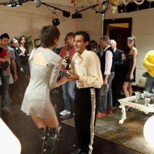 Emilio Solfrizzi con Belen Rodriguez nel film Se sei così, ti dico di sì