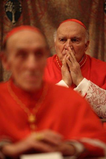 Michel Piccoli (con le mani giunte in preghiera) nel film Habemus Papam