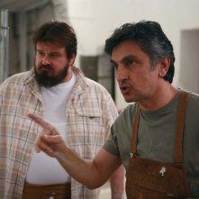 Vincenzo Salemme accanto a Giuseppe Battiston nel film Senza arte né parte, del 2011