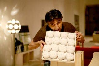 Vincenzo Salemme con una copia di 'Achrome' (di Piero Manzoni) nel film Senza arte né parte