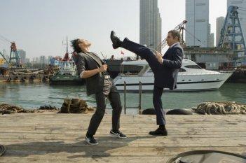 Rowan Atkinson in una scena d'azione di Johnny English Reborn