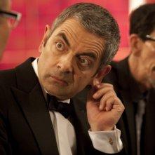 Rowan Atkinson in una sequenza della spy-comedy Johnny English Reborn