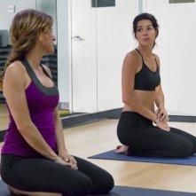 Sasha Alexander e Angie Harmon in una scena dell'episodio I Kissed a Girl di Rizzoli & Isles