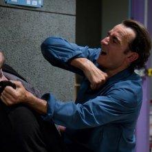 Albert Dupontel in uno scontro corpo a corpo nel film La proie