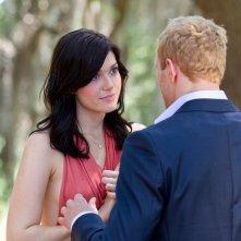 Kellan Lutz e Mandy Moore in una scena di Love, Wedding, Marriage