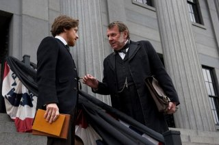 Tom Wilkinson accanto a James McAvoy in The Conspirator