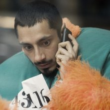 Riz Ahmed al telefono nel film Four lions