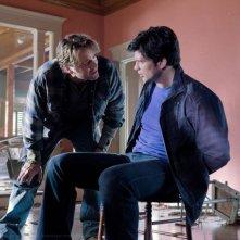 Clark (Tom Welling) e Alt-Jonathan (John Schneider) nell'episodio Kent di Smallville