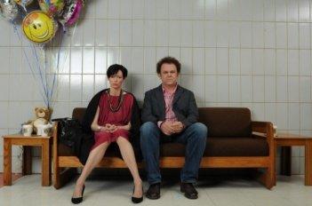 John C. Reilly e Tilda Swinton in una drammatica scena di We Need To Talk About Kevin