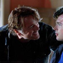 L'Alt-Jonathan (John Schneider) faccia a faccia con Clark (Tom Welling) nell'episodio Kent di Smallville