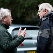 Il regista Ken Loach discute sul set del suo L'altra verità
