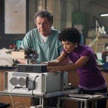 John Noble e Jasika Nicole nell'episodio Lysergic Acid Diethylamide di Fringe