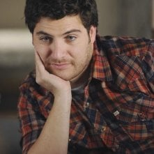 Adam Pally in una scena dell'episodio Like Father, Like Gun di Happy Endings