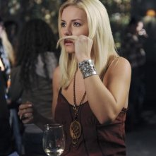 Elisha Cuthbert in una scena dell'episodio Like Father, Like Gun di Happy Endings