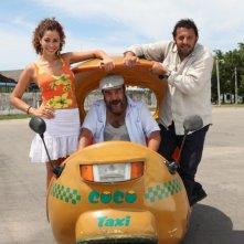 Enrico Brignano, Aurora Cossio e Francesco Pannofino a bordo di un 'coco taxi' per il film Faccio un salto all'Avana
