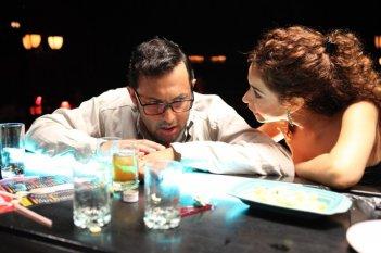 Enrico Brignano con Aurora Cossio in una sequenza di Faccio un salto all'Avana