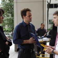 Jason Clarke, Jennifer Beals e Matt Lauria nell'episodio The Gold Coin Kid di The Chicago Code