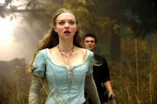 Amanda Seyfried in una sequenza del film Cappuccetto Rosso Sangue