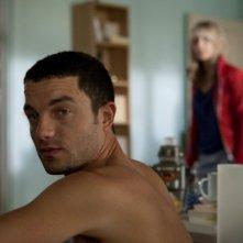 Guillaume Gouix e Melanie Laurent (sullo sfondo) in Et soudain tout le monde me manque