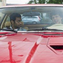 Jesse Eisenberg e Aziz Ansari a bordo di un'auto sportiva in una scena di 30 Minutes or Less