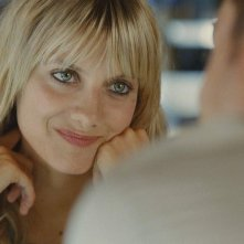 La bella Melanie Laurent in una sequenza di Et soudain tout le monde me manque