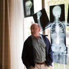Michel Blanc di fronte ad una curiosa composizione 'radiografica' nel film Et soudain tout le monde me manque