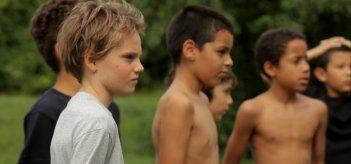 Zoé Heran (con la t-shirt bianca) in una scena del film Tomboy, di Celine Sciamma