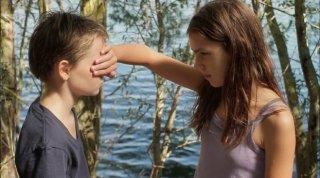 Zoé Heran e Jeanne Disson in una scena del film Tomboy, di Celine Sciamma