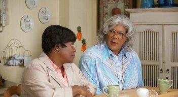 Loretta Devine e Tyler Perry nel film Madea's Big Happy Family