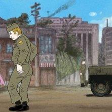 Soldati scherzano con ragazze in una scena del film Tatsumi