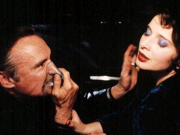 Isabella Rossellini con Dennis Hopper in una scena di Velluto blu