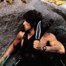 Sylvester Stallone in una sequenza action di Rambo 2