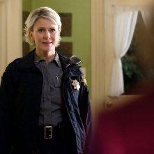 Liz (Marguerite MacIntyre) guarda emozionata la figlia dell'episodio The Last Dance di Vampire Diaries
