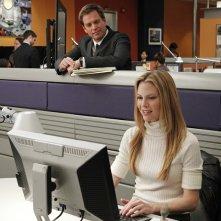 Michael Weatherly guarda Sarah Jane Morris a lavoro nell'episodio Two Faced di NCIS