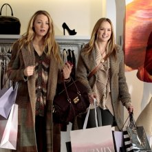 Serena (Blake Lively) e Charlie (guest-star Kaylee DeFer) fanno shopping nell'episodio The Kids Stay in the Picture di Gossip Girl