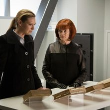 Anna Torv e Blair Brown nell'episodio 6:02 AM EST di Fringe
