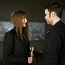 Anna Torv e Seth Gabel nell'episodio 6:02 AM EST di Fringe