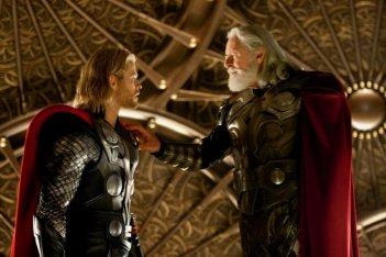 Anthony Hopkins e Chris Hemsworth in una sequenza di Thor